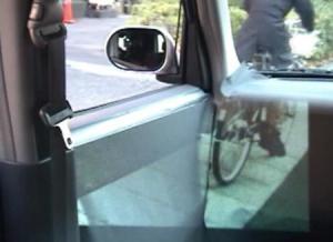 El riesgo está en intentar salir del coche sin darse cuenta de que la puerta está cerrada.